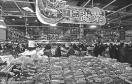 3月17日,记者走访省城各大蔬菜批发市场发现,大部分蔬菜价格都有不同程度上涨,特别是叶子菜,价格基本上都翻了一番。图为市民在某超市选购蔬菜。