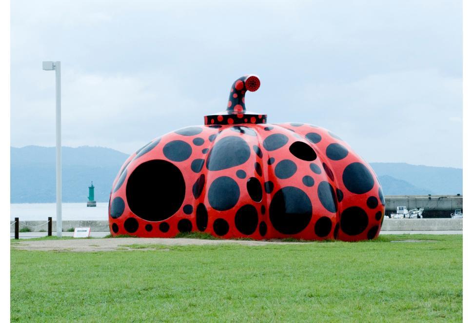 在濑户内国际艺术节上展出的草间弥生的南瓜雕塑(所有图片来自官网)