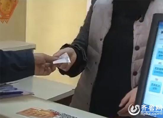 前不久,德州宁津的一个彩票站被人掳掠,这名劫匪蒙着面岂但抢走了现金手机,乃至连彩票也抢走了。