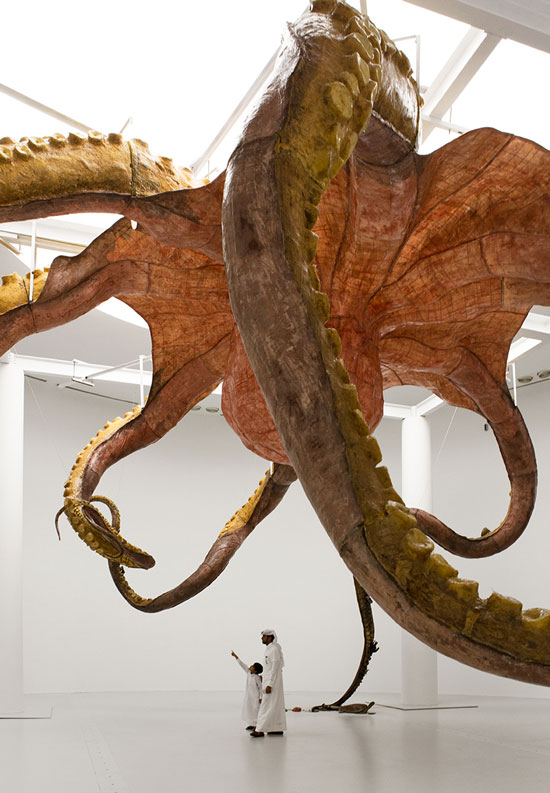 该雕塑悬挂在22平米的环形展厅天花板上