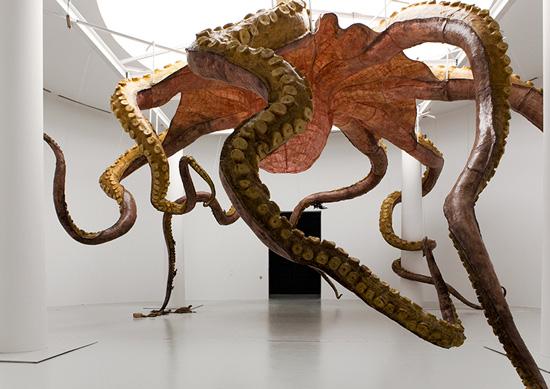该雕塑反映了人类给海洋带来的灾难