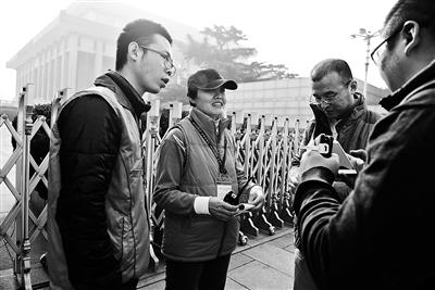 本报讯(记者 彭小菲)本年是毛主席去世40周年,毛主席留念堂发展意愿效劳进入第六年。自2011年名目启动至今,4666名身着蓝马甲的自愿者共为3309万人次供给囊括征询、翻译、预定等效劳,累计效劳时长31.5万余小时。