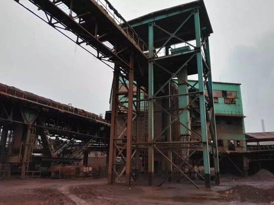就在万志宏结婚的这一年,中国钢铁行业利润率呈断崖式下降,从2007年7.26%一度跌至0,极低的利润使得一大批民营钢铁厂关停,却加速了国营钢铁企业的新一轮并购扩张和行业洗牌,武钢也在这一年里达到累积产量2亿吨。