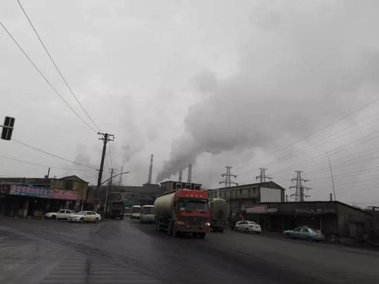 从红钢城通往白玉山街道的21号公路两旁布满了武钢的烟囱