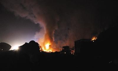 昨晚,京港澳高速湖南汨罗段,事发现场火光冲天。网友王先生 供图