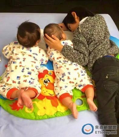 Kimi将手放在弟弟头上,和对方对视眼神充满爱