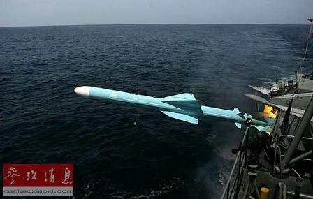 中国不必以高标准的反舰导弹来损害美国在西太平洋的投射力量。正如新美国安全中心的杰里・亨德里克斯所说的那样,中国的做法是发射大量(相对)低成本的导弹来压垮美国的防御。资料图片:C-802反舰导弹发射瞬间。