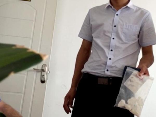 罗德在中国暗访时拍摄视频,视频截图中男子手上拿的就是毒品。