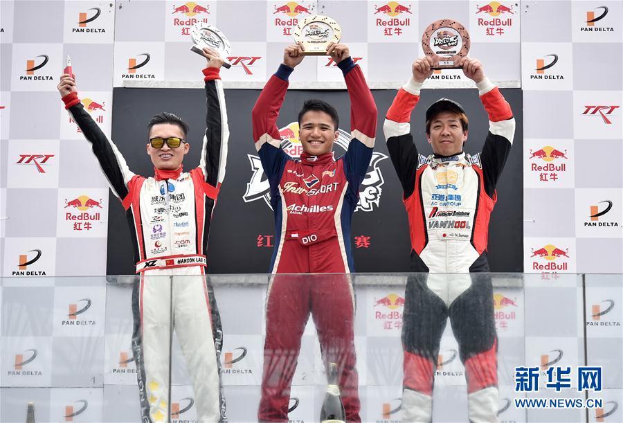 3月20日,印度尼西亚选手阿曼迪奥(中),中国选手刘卓(左)、日本选手末永直登在领奖台上。当日,2016红牛飘移大赛春季赛在珠海国际赛车场收官。在追逐赛中,印度尼西亚选手阿曼迪奥获得冠军,中国选手刘卓、日本选手末永直登分别获第二、三名。新华社记者梁旭摄