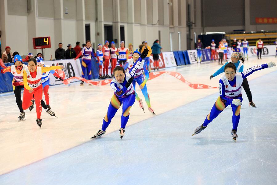 新华社照片,长春,2016年3月20日 (体育)(2)速度滑冰――全国大众速度滑冰马拉松公开赛在吉林长春举行 3月20日,参加女子8公里比赛的选手在比赛中。 当日,全国大众速度滑冰马拉松公开赛在吉林省长春市冰上训练基地举行。本次比赛是第二届全国大众冰雪季的收官活动,有来自全国各地的近300位选手参赛。 新华社发