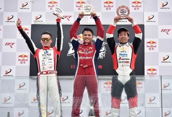 印尼车手阿曼迪奥摘得桂冠(中)、中国车手刘卓获得亚军(左)、日本车手末永直登获得亚军(右)。
