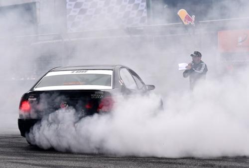 追逐赛双车激烈比赛中。