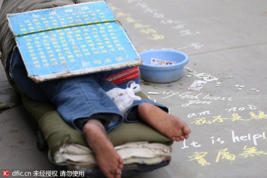 """小伙在上海地铁暴打乞讨老人_上海街头""""瘫痪哥""""粉笔书写中英文乞讨获同情(组图)-搜狐滚动"""
