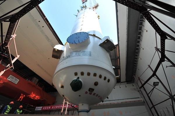 反应堆压力容器成功吊装就位,图片来源于中国核建官网,下同