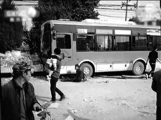 华商报讯(记者 李小博)3月19日下午,在周至县楼观镇,人们还沉溺在逛会议的繁华氛围中时,一辆中巴公交车忽然冲到路边的人群中,招致一位主妇和一位女童殒命,6人受伤。昨天,公交车驾御员被刑事扣留。