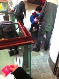 19日上午10时52分,北京顺义区后沙峪欧陆时髦购物核心内,14个月大的安徽女童楠楠(假名)从四层扶梯下行处逆行向上跑,跌倒后左手三根手指、右手两根手指被电梯夹断。
