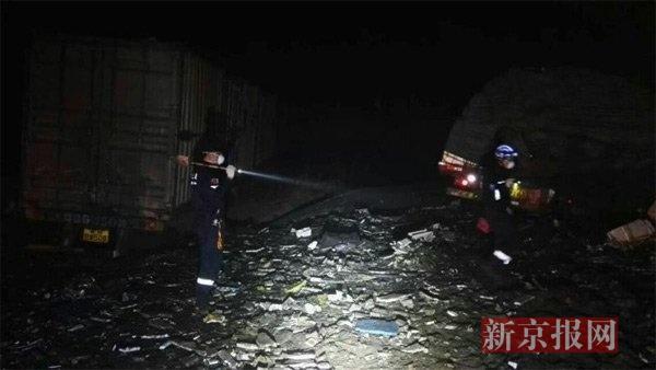 岳阳市蓝天救援队在现场搜救。