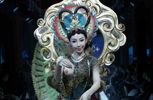 这是某专业彩妆品牌与中国歌剧舞剧院联袂汇演:集合了舞台艺术,行为图片