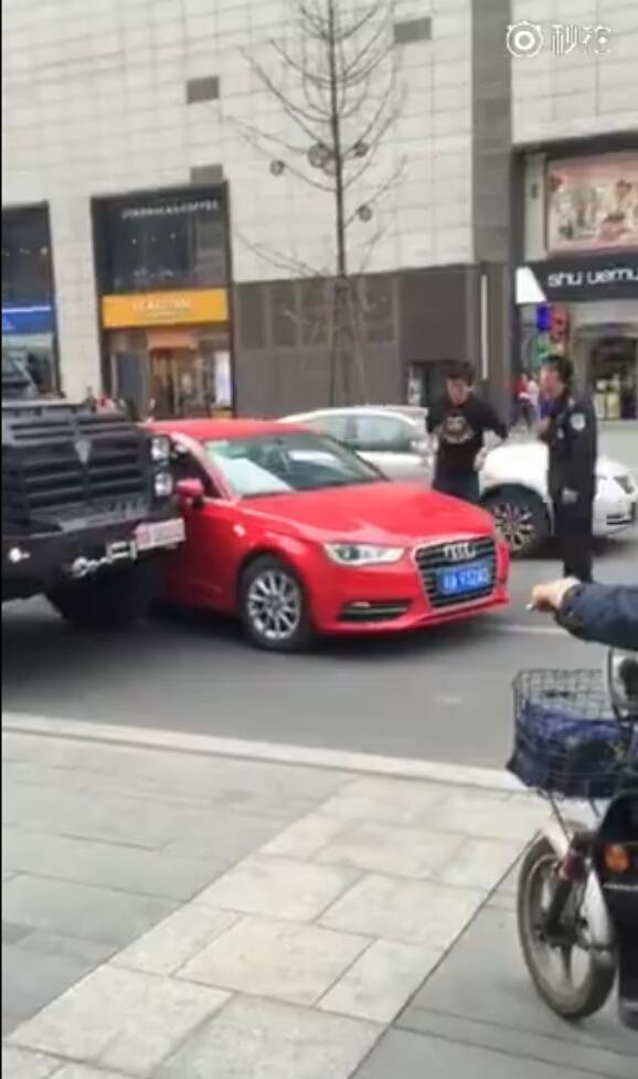 在网络上曝光的一段视频显示,在国内某地一辆红色的奥迪轿车与一辆特警执勤防暴车发生擦碰,当时特警防暴车在内侧行驶,奥迪从外侧变线时车身侧面碰到了防暴车左侧车头。
