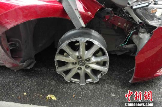 """马自达轿车右侧轮胎""""失踪"""" 朱华刚 摄"""