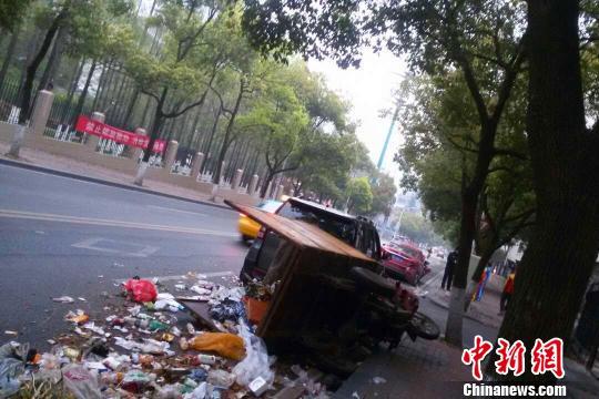 被撞翻的环卫垃圾车 朱华刚 摄