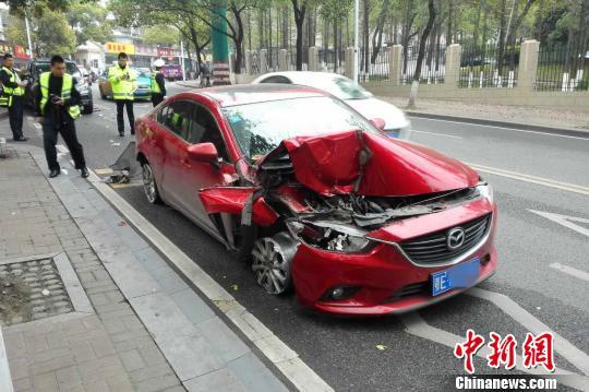 红色马自达车右侧损毁严重 朱华刚 摄