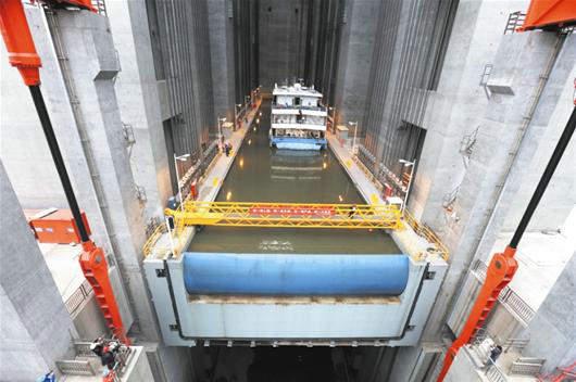 资料图:世界最大升船电梯三峡大坝试验成功。