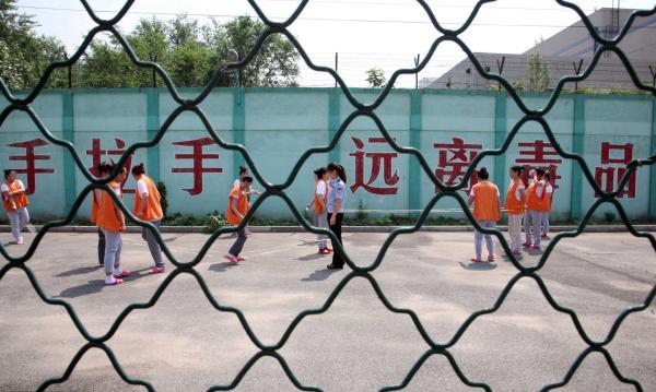 一朝吸毒、终身戒毒。很多解戒人员离所两至三个月就被公安机关送回来,反映出毒瘾难断,复吸率高的现状。 视觉中国 资料