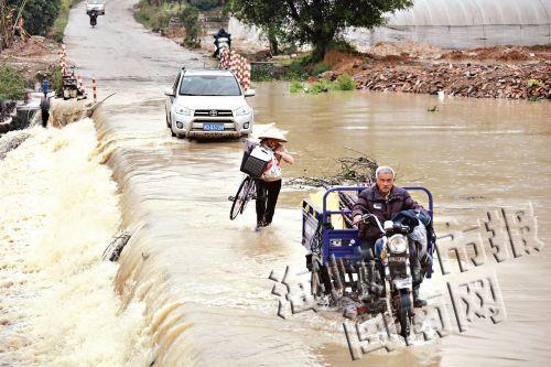 每次下大雨,水就漫过桥,乡民只能淌水过来