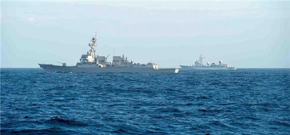 图为3月4日,中国海军电子侦察船靠近监视进入南海海域的美国海军舰船。