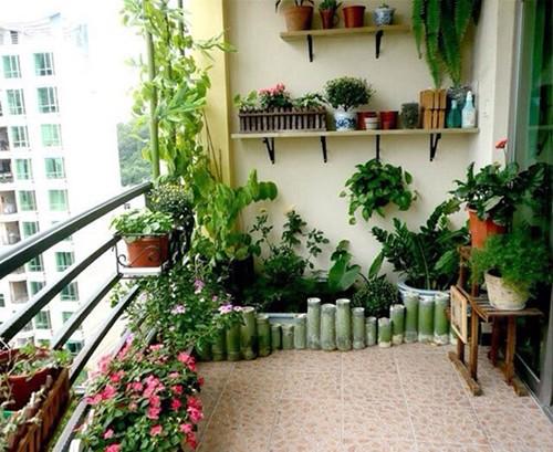 当然也可以把阳台布置成彻彻底底的小花园,让浓浓的绿意充满整个空间图片