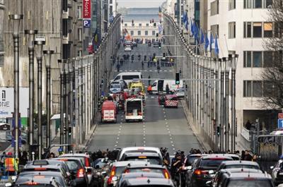 3月22日,比利时首都布鲁塞尔,救援人员和安全人员在发生爆炸的马埃勒贝克地铁站外工作。新华社记者 周磊 摄