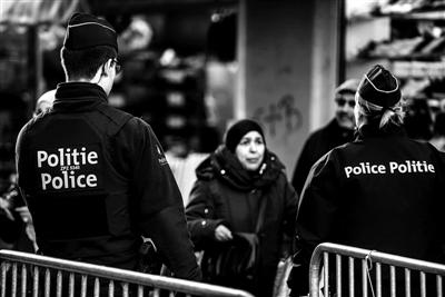 """莫伦贝克区被认为是巴黎恐袭的策源地,也是欧洲""""圣战分子""""的聚集地。图为去年巴黎恐袭发生后比利时警察在莫伦贝克检查过往行人 供图/IC"""