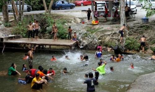 干旱天气使东南亚最大水源之一的湄公河顿成各国必争之地。泰国近日就建造了多个临时调水站,将大量河水调往当地河流,以解燃眉之急,不过却惹怒越南等位处下游的邻国。