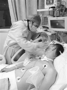 图为:伤者何及第在病院医治