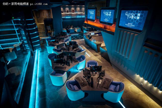 整个网咖室内以幽蓝做为主色调,再搭配一些橘红色灯光点缀,让网咖整体感觉更接近一个星际梦空间。