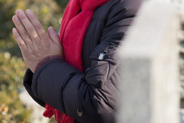 上海松鹤墓园,市民拜祭祖先。 朱伟辉 磅礴材料
