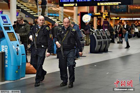 图为德国机场安保。