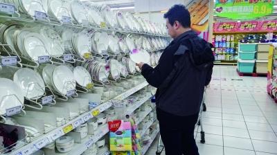 """记者回访看到,涉案餐具仍在销售,标签的单位改成了""""吋""""。虽然代表英寸的意思,但这个字在大陆已停用"""