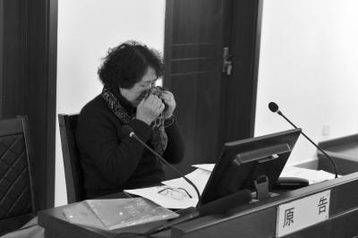 死者小万的奶奶当庭落泪。京华时报记者赵思衡摄
