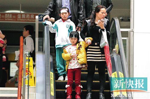 流感來勢兇猛,家長帶着孩子到醫院就診。新快報記者 祝賀/攝