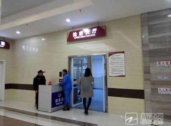 晚上5点40分,浙医二院长兴分院、湖州长兴县人民医院医生立即对婴儿进行抢救,对产妇进行产后处理。