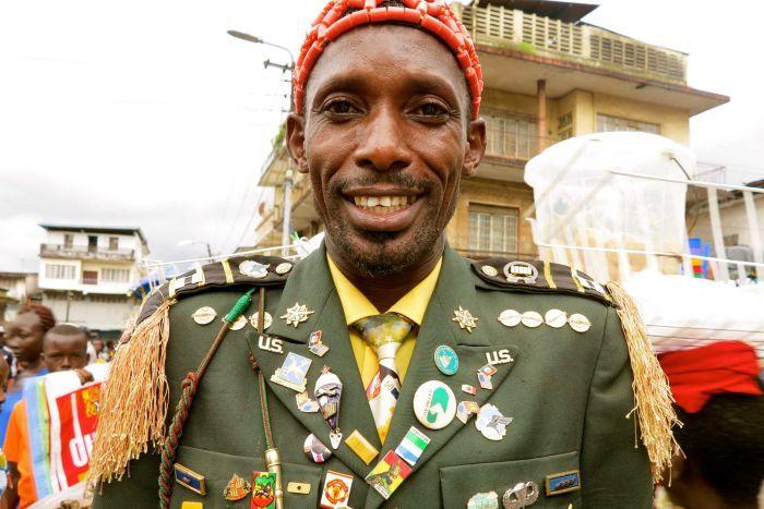 左图:在贫穷的塞拉利昂,一位男士去教堂时穿戴全套