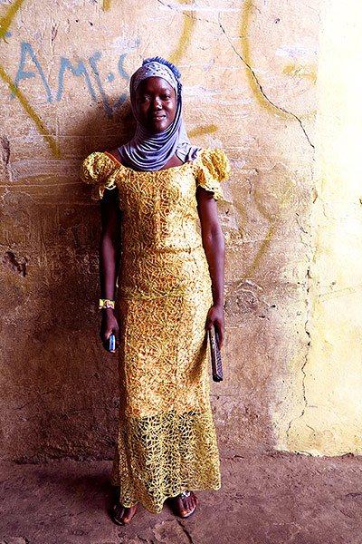 一位穆斯林女性穿着闪闪的长袍,带着彩色的发亮头巾
