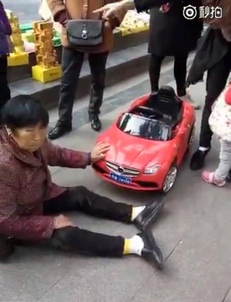 """视频曝光后,有的网友表示是""""碰瓷新高度"""",但也有网友表示""""可能是被小车碰到了,摔倒了真的受点伤"""""""