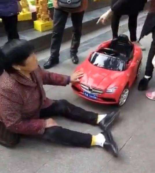 2016年3月23日报道,网曝一名小女孩开玩具汽车不小心撞到一名老人,结果老人坐在地上倒地不起。