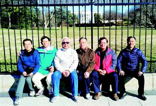 楚天都市报讯 图为:苏大忠左三和5名老友在美国总统官邸白宫前合影