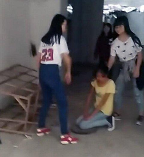 """针对近日网传的""""湖南耒阳某女中学生被殴打凌侮""""视频事件,3月23日,耒阳市公安局在官方微信公众号公布事件处理通报:9名嫌疑人全部落网,一人被刑拘。"""