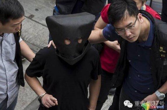 2015年5月5日,香港警方带着一名绑架案的嫌疑人指认现场。