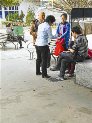 一家殡葬效劳公司事务员在殡仪馆大院拉客接单。深圳晚报记者王翱翔 摄